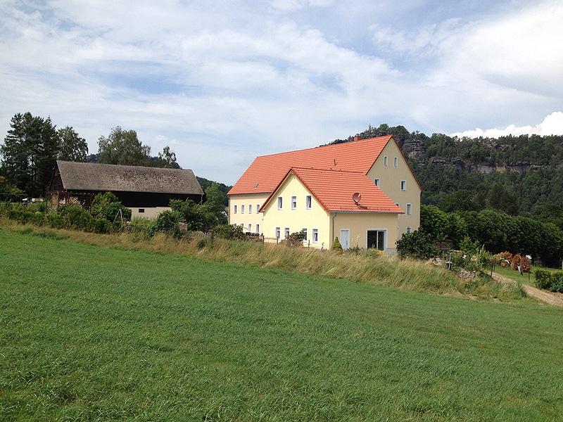 Ferienhaus Schrammsteinblick mit Landhaus Böhmer und Papststein im Hintergrund